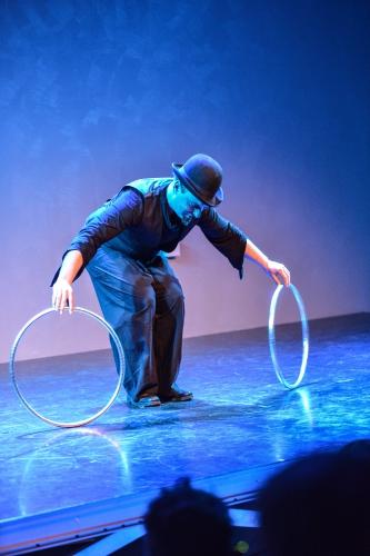jongleur bordeaux, artiste de revue, revu, revue, artiste de cabaret, numéro, numéro de cabaret, artiste de cirque, artiste de rue, intermittent, intermitent du spectacle, saltimbanque, saltynbanque, jongleur, juggler, hoop, antispin, isolation, manipulation graphique, manipulateur graphique