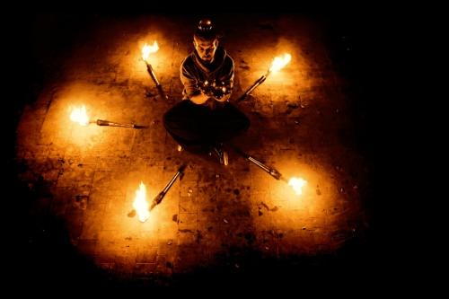 Jongleur de feu, perforer feu,performer,manu,manu le jongleur, jongleur bassin, bassin d'arcachon, jongleur bordeaux, jongleur de feu bassin d'arcachon, spectacle de feu bassin d'arcachon, spectacle de feu bassin, show feu, show feu aquitaine, spectacle de feu aquitaine, pyrotechnie, spectacle, prestation feu, magie du feu